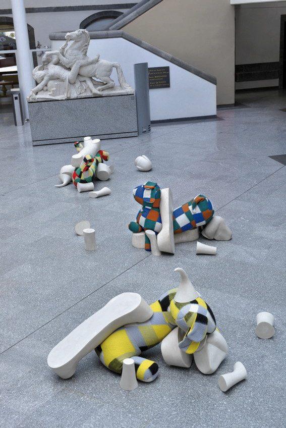 COUVERTURES DE LIT - LES PLUS BEAUX MORCEAUX DE L'ANIMAL. Sculptures. Denis Falgoux. 2012. Exposition Muséee d'Art Roger Quilliot, Clermont Ferrand, Auvergne, France