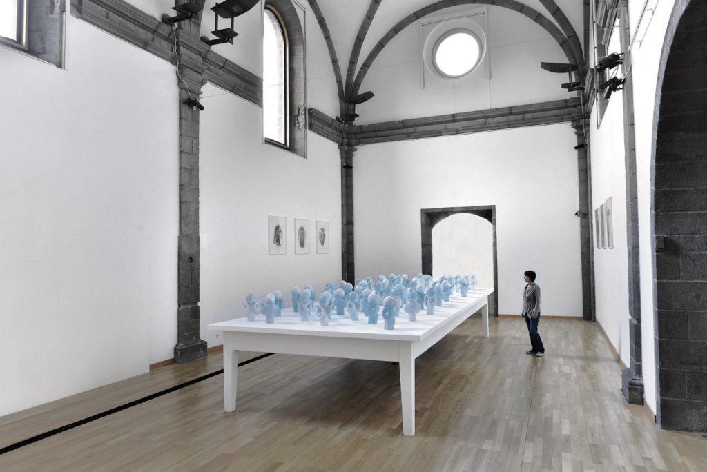 PARTAGER SON IMAGE DISPARUE - Denis falgoux 2012 - installation avec 60 statuettes en porcelaine de limoges ; Exposition Musée Roger Quillot, Clermont-ferrand