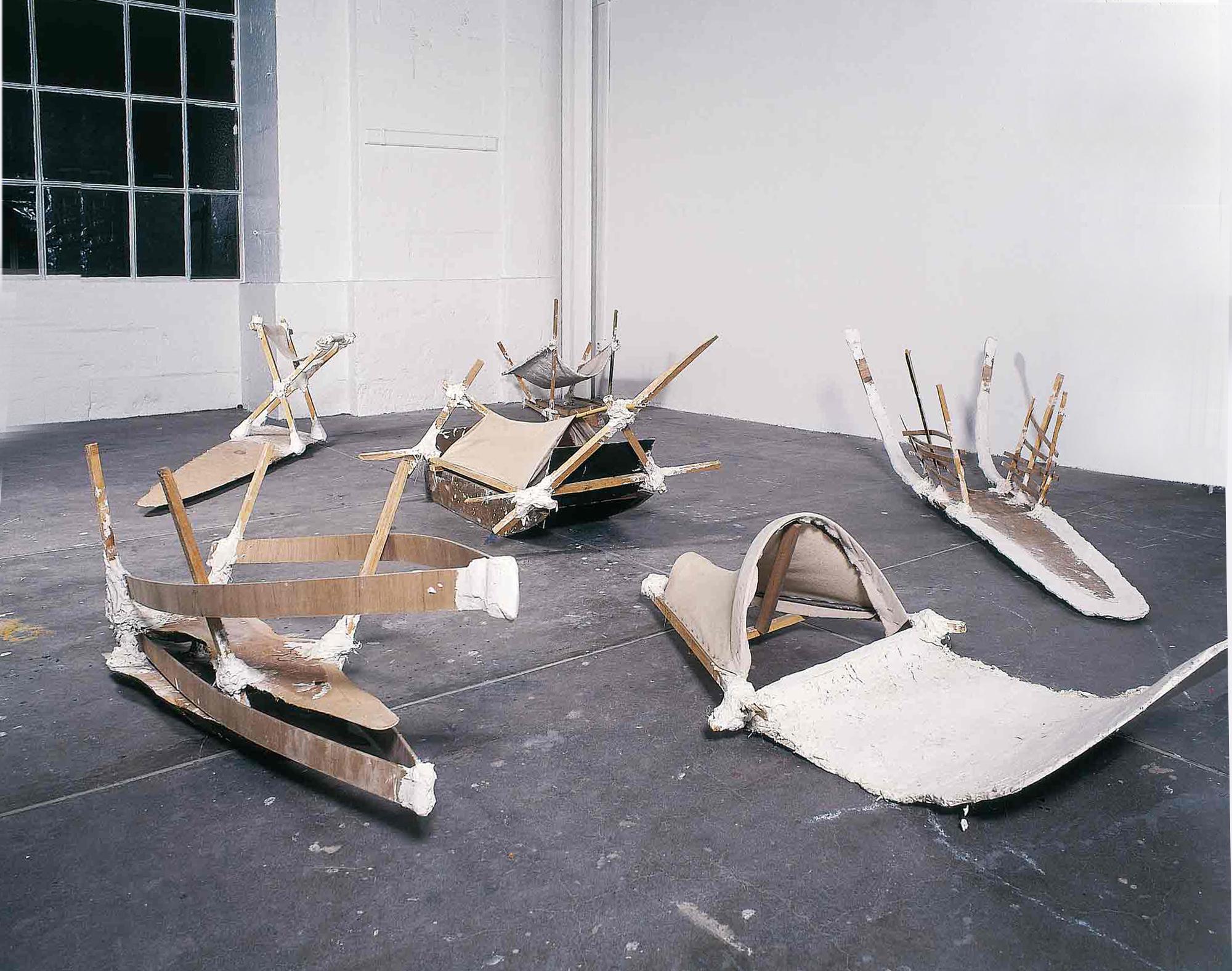 Les luges - 1991 - Plâtre, bois, tissu. Denis Falgoux