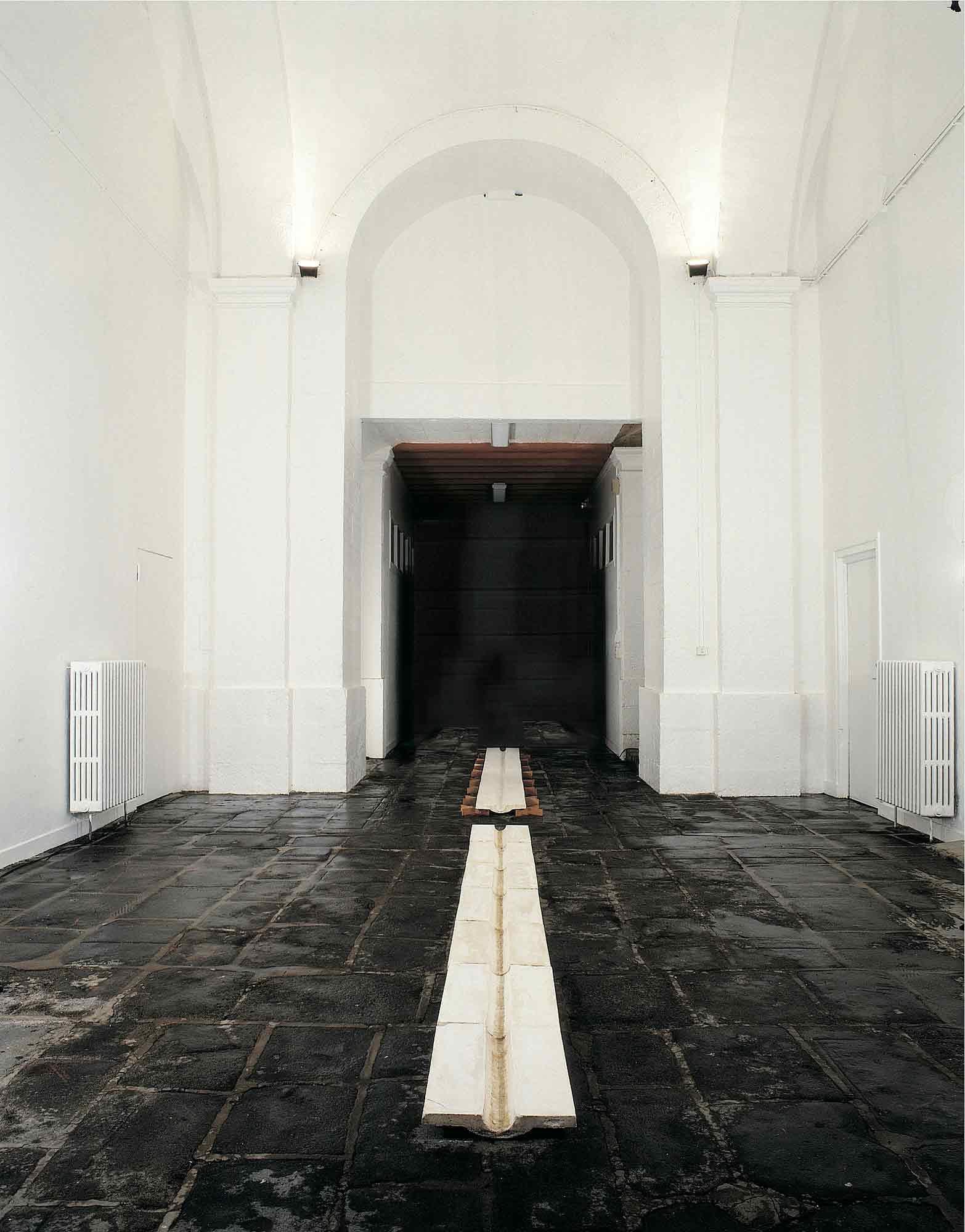 La goulotte - 1992 - Bois, tarlatane. 400 x 40 x 15 cm. Denis Falgoux